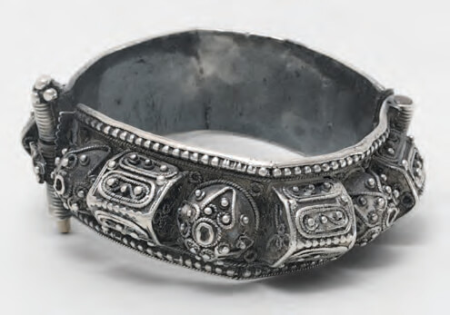 Israel jewelry in israel multicultural diversity 1948 to the present 03 Bracelet with tomb motif