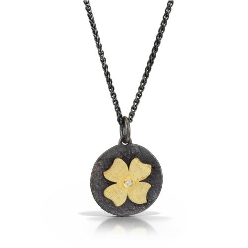 Flower detailed gold pendant with diamond