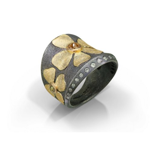 Flower detailed gold ring with diamonds